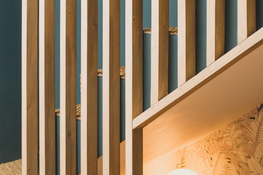 Habillage d'escalier avec un rideau de bois