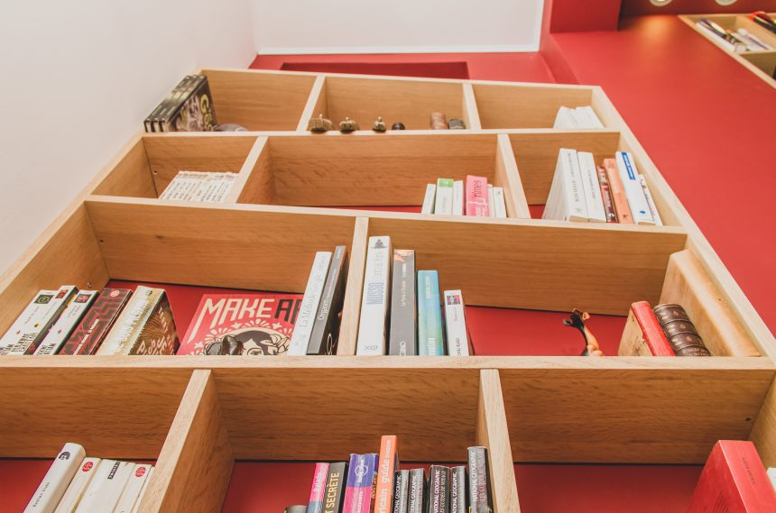 Bibliothèques avec étagères et portes obliques
