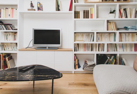 Bibliothèque, meuble TV, mur intégral, blanc et latté chêne