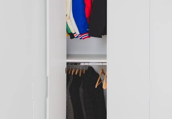 Agencement complet avec dressing et  trois meubles bas à tiroirs