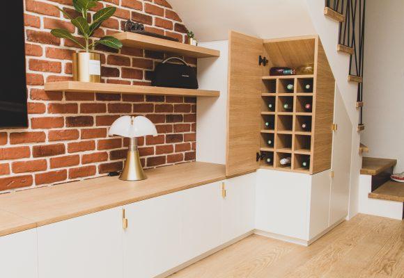Meuble TV et placards sous escalier